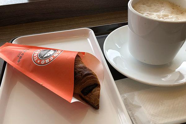 サンマルクカフェのチョコクロとカフェラテ