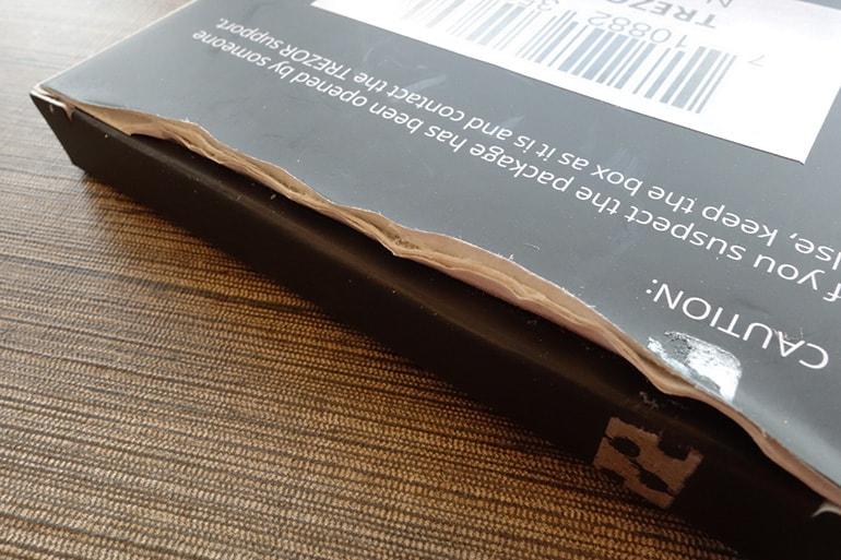 TREZORの外箱を開封中だけど糊が強力で開けにくい