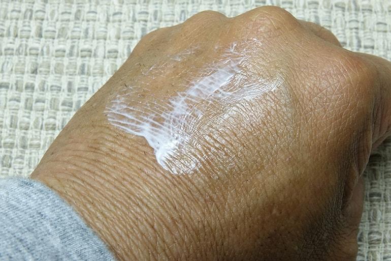 手の甲に出したメンズケシミンを塗り拡げたところ