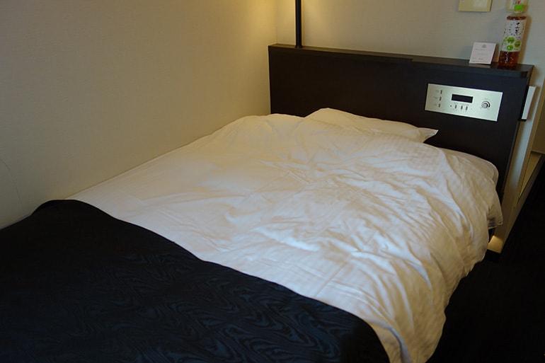 アパホテル肥後橋の客室(ベッド)