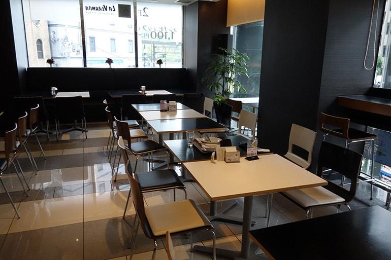 アパホテル肥後橋のレストラン「ラ・ベランダ」のテーブル席