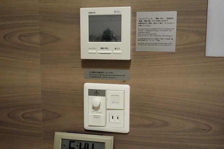 ドーミーインPREMIUM名古屋栄の客室のエアコンリモコン