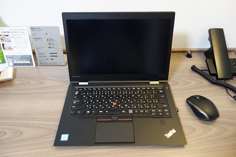 ドーミーインPREMIUM名古屋栄の客室のデスクにパソコンを置いた所