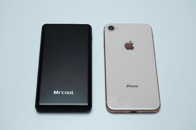 MRCOOLモバイルバッテリー10000mAhとiPhone8を並べて比較