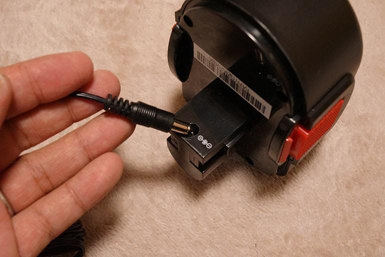 エアホークプロのバッテリーに充電端子を差し込む所