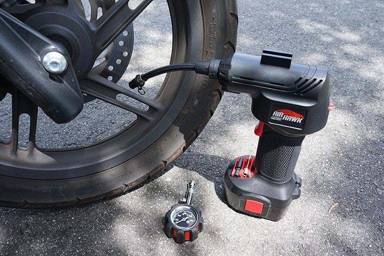 エアホークプロでバイクのタイヤに空気を入れる