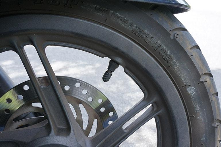 タイヤのバルブキャップをはめる