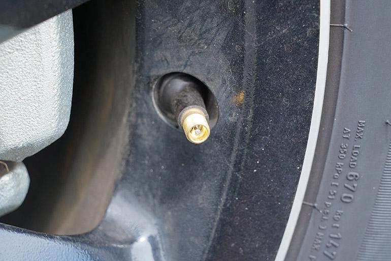 自動車のタイヤのバルブキャップを外したところ
