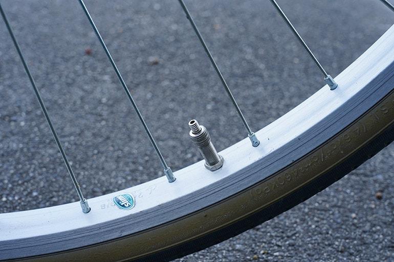 自転車のタイヤのバルブキャップを外す