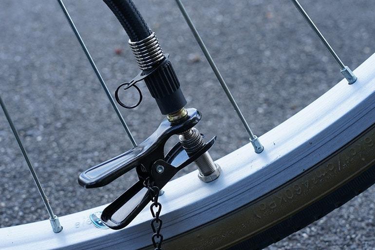 自転車タイヤのバルブに空気入れのアダプタを装着