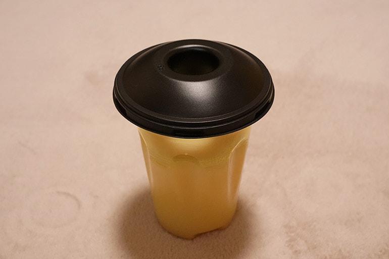 ハチ激取れの液体が入った容器に蓋をしたところ