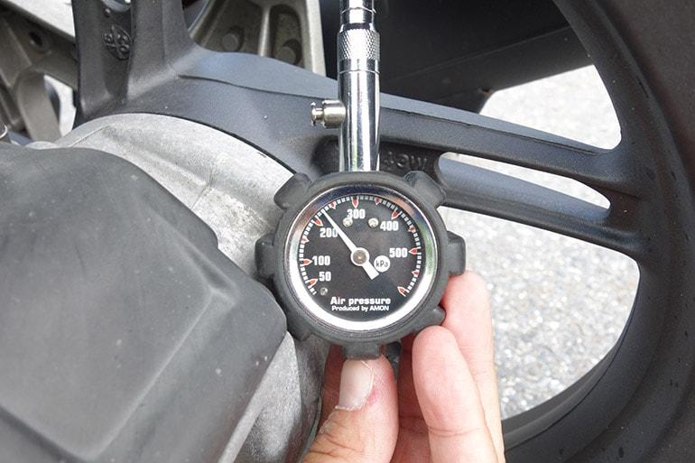 PCX150の後輪タイヤを指定空気圧の225kPaに
