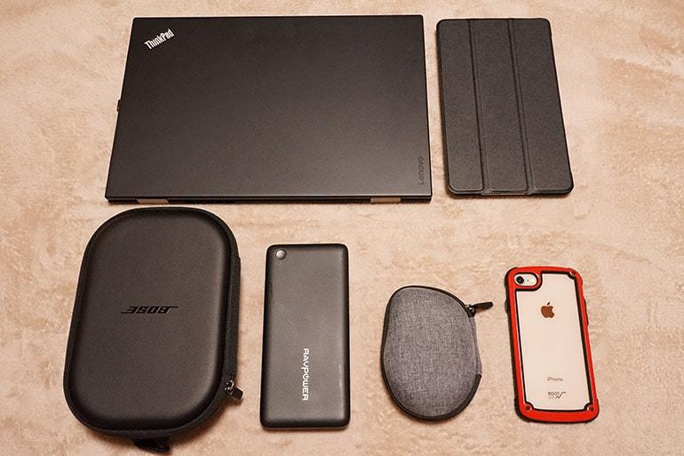 手持ちのノートパソコンやタブレット、モバイルバッテリーなど