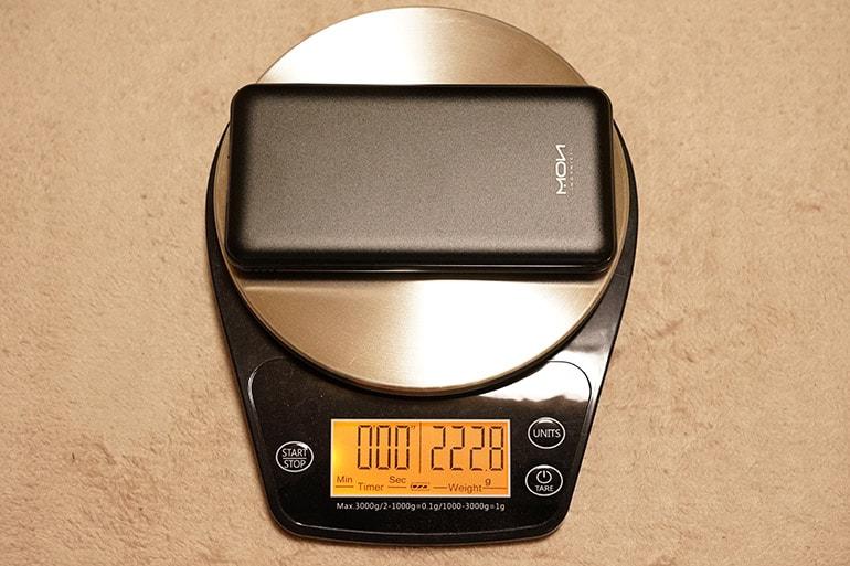 MOXNICEのUSB PDモバイルバッテリーの重さを計測