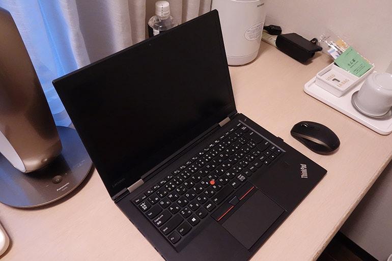 新阪急ホテルの客室デスクにパソコンやマウスを置いたところ