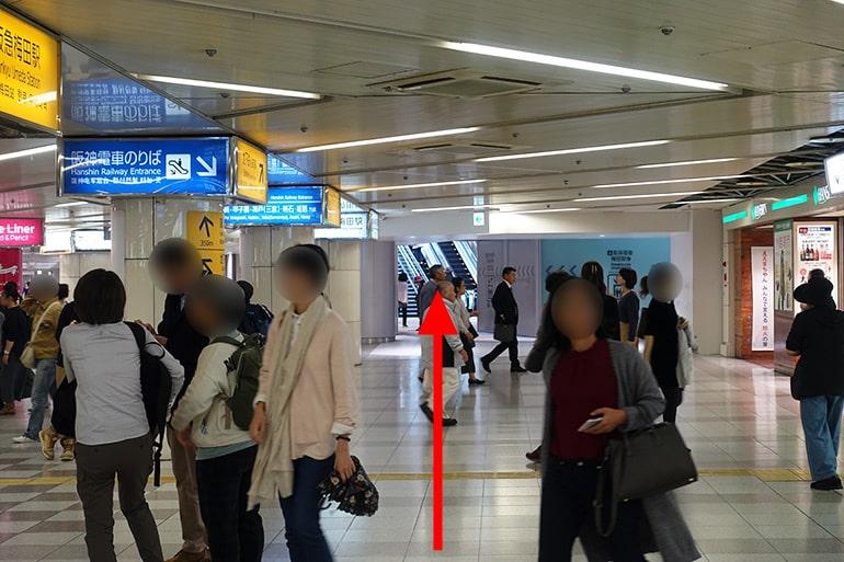 阪神百貨店スナックパークへの経路「奥のエスカレーターへ」