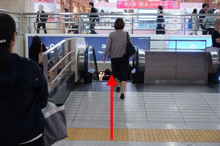 阪神百貨店スナックパークへの経路「下りエスカレーターへ」