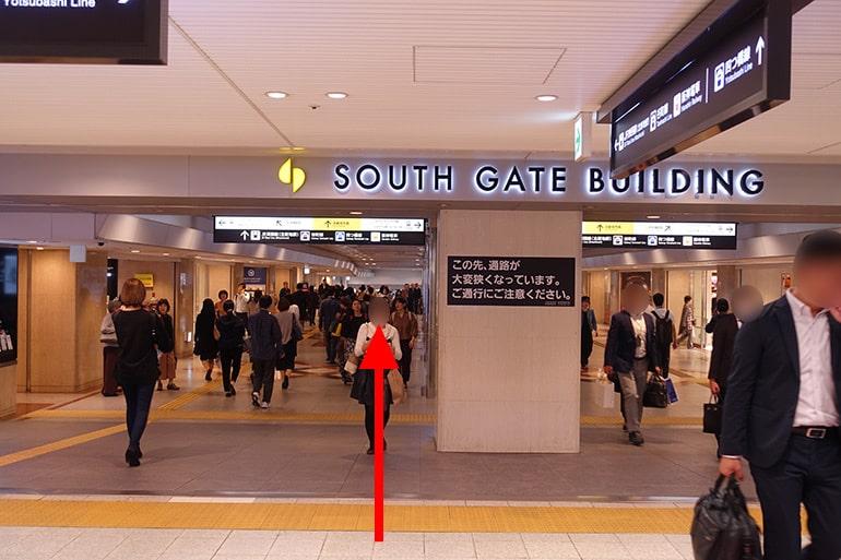 阪神百貨店スナックパークへの経路「SOUTH GATE BUILDING」を奥へ