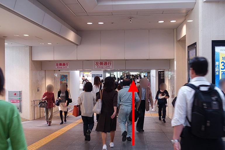 阪神百貨店スナックパークへの経路「奥へ進み阪神百貨店へ」