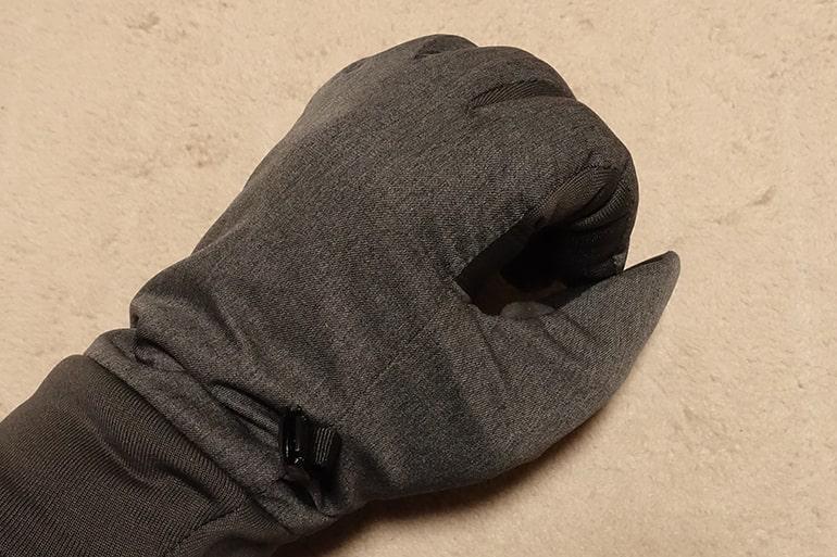 ユニクロのヒートテックグローブを装着して指を曲げたところ
