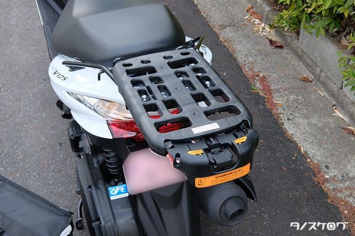 バイクのキャリアにウバッグを取り付ける